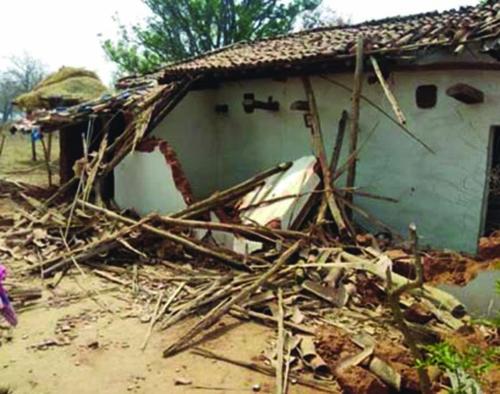ग्राम खोडरी में हाथियों ने उत्पात मचाते तोड़े तीन मकान -