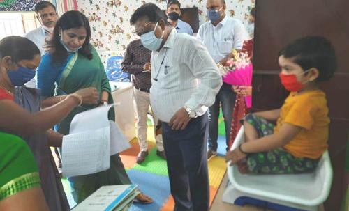 कलेक्टर श्रीमती रानू साहू ने जिले में चलाए जा रहे वजन त्यौहार के मद्देनजर आंगनबाड़ी केन्द्रों का लिया जायजा