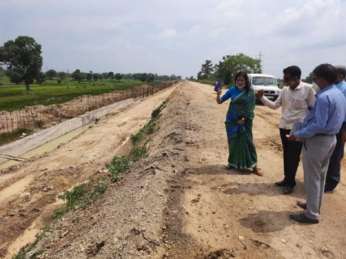 कलेक्टर श्रीमती रानू साहू ने हरदीबाजार-तरदा सड़क निर्माण का लिया जायजा, निर्माण कार्यो को समय सीमा में पूरा करने दिए निर्देश